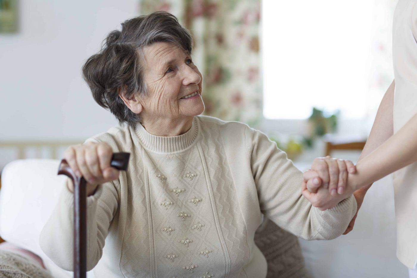 Smiling senior woman holding a cane and looking at her caregiver - senior woman looking at her caregiver P28Y4DY o9i5p68a3r91vxvfx4rklrh6dlo3dgqoepldfbcfw2 - Pflegebedürftigkeit