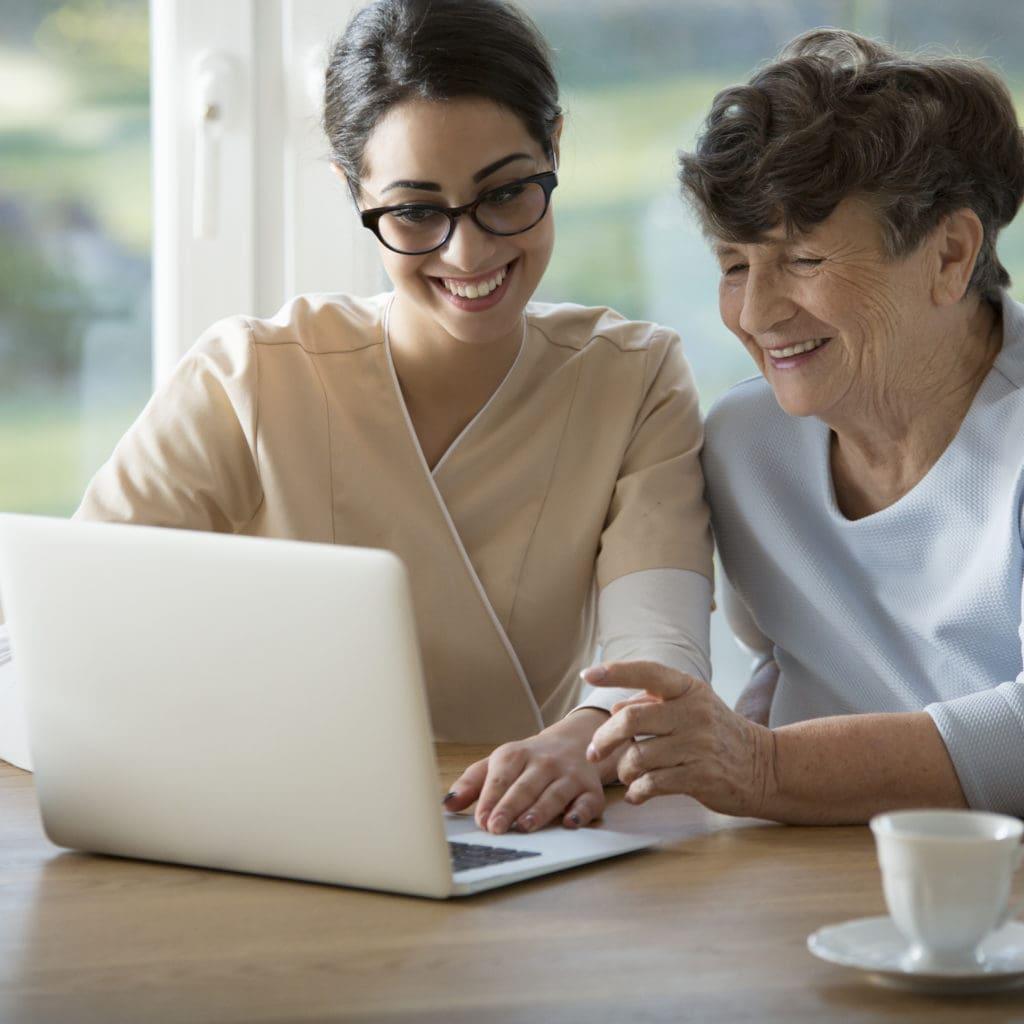 - smiling assistant teaching elderly woman 3EPMB4Y 1024x1024 - Pflegegeldrechner 💰